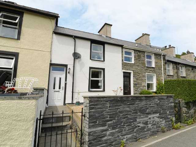 2 HOLLAND TERRACE, pet friendly in Tanygrisiau, Ref 963317