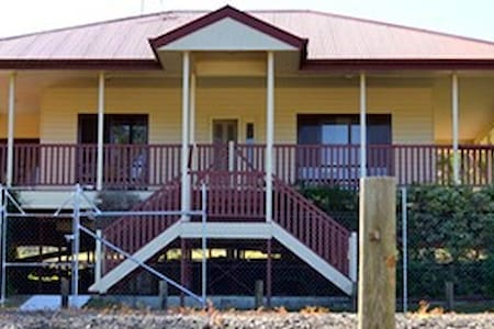 Cedar Creek Family Farm Stay  Lodge - Luscombe