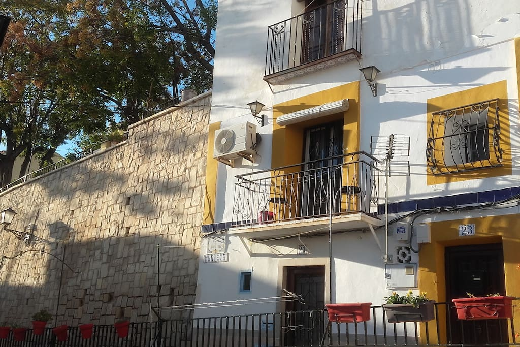 Front view casita Marieta,entrance streetlevel, apartment situated on the 1. floor