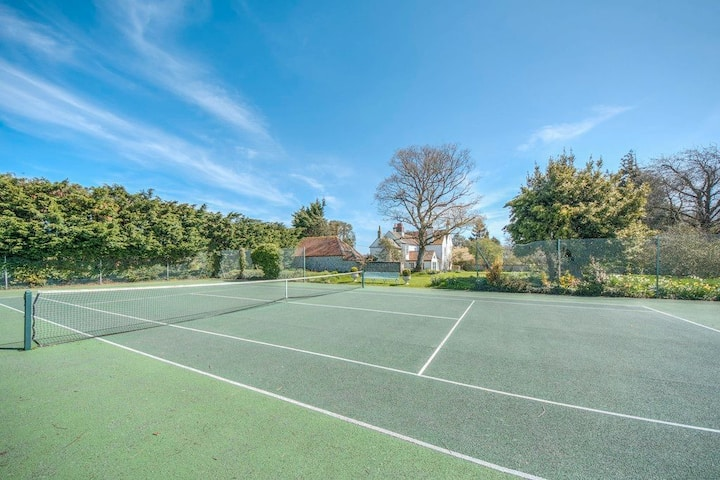 Small Goodwood Barn with Tennis Court  and Nr Golf