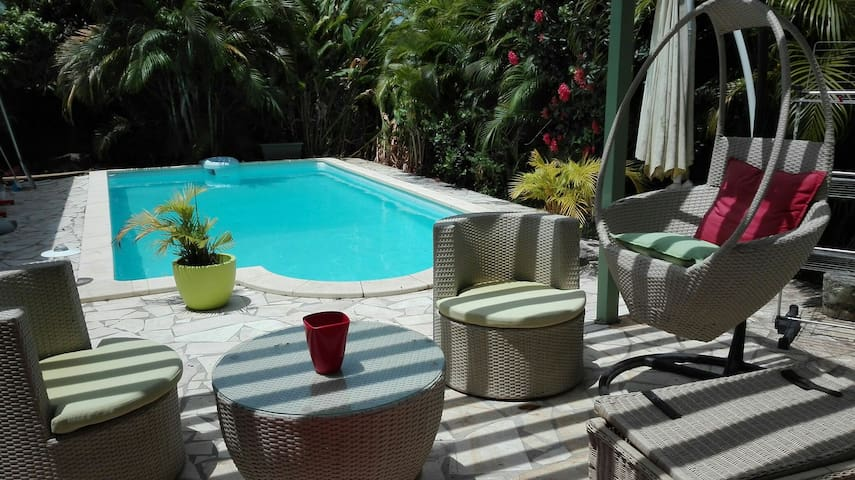 Small house + swimming pool 7min airport - Baie Mahault - Hus