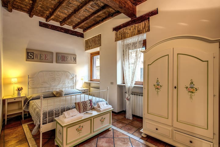 ROMANTIC TRASTEVERE VICOLO DEL MORO 2 BEDROOM 3