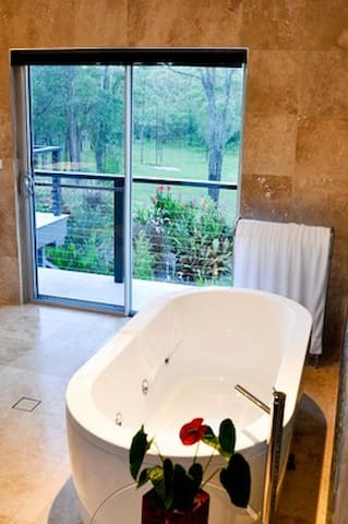 Deja Vu Estate - award winning 5 star luxury and seclusion in Hunter Valley Wine Country