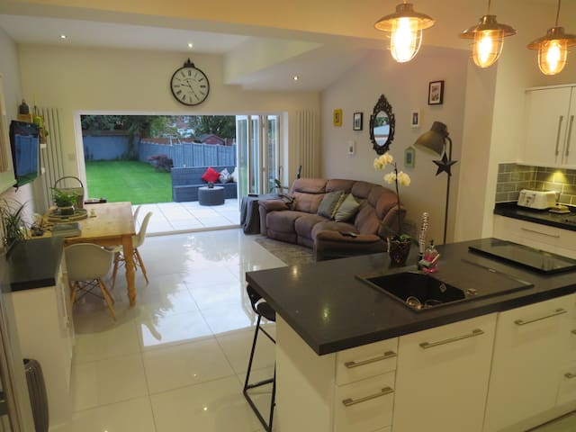 Renovated & 5 mins from Royal Birkdale Golf Club!