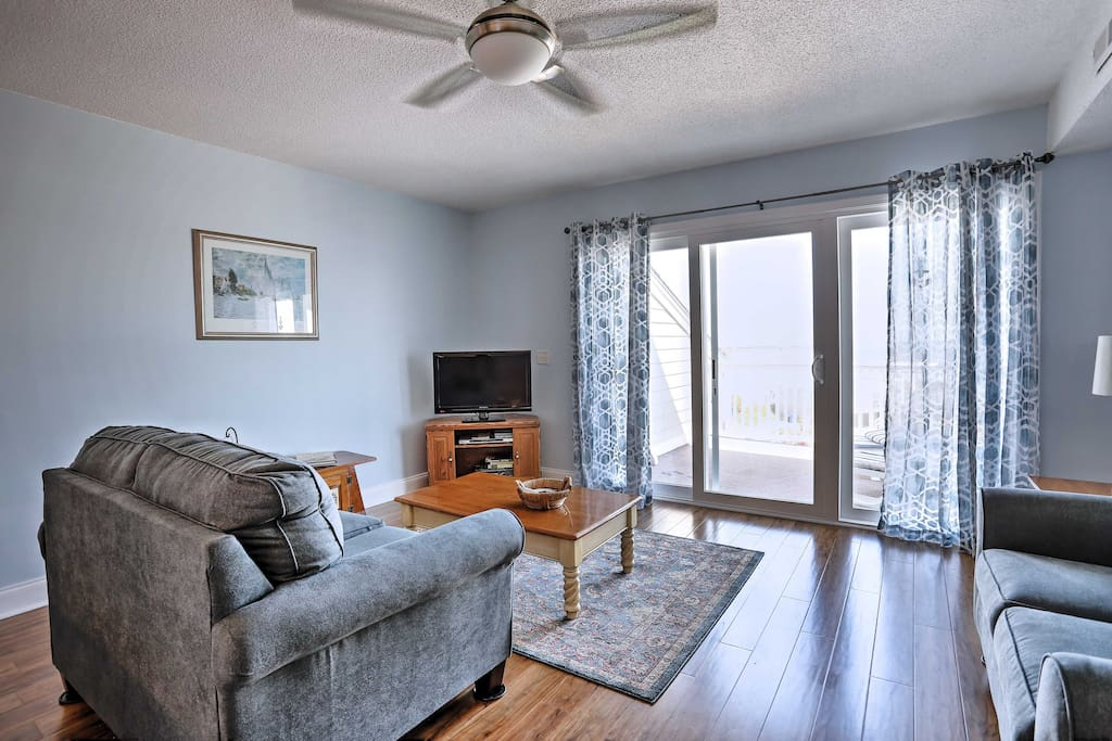 Up to 4 guests can retreat in this light and airy condo right across the street from the beach.