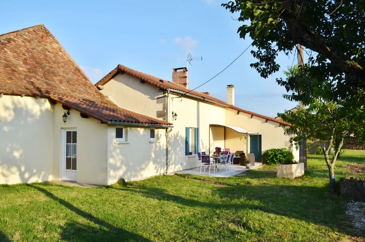 Peaceful cottage w countryside view - Les Lèches - Casa