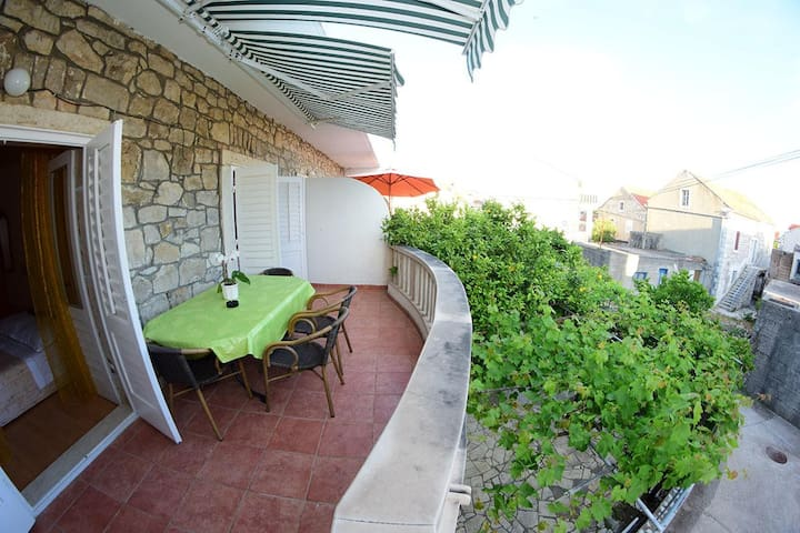 Two bedroom apartment with terrace Sućuraj, Hvar (A-16404-a)