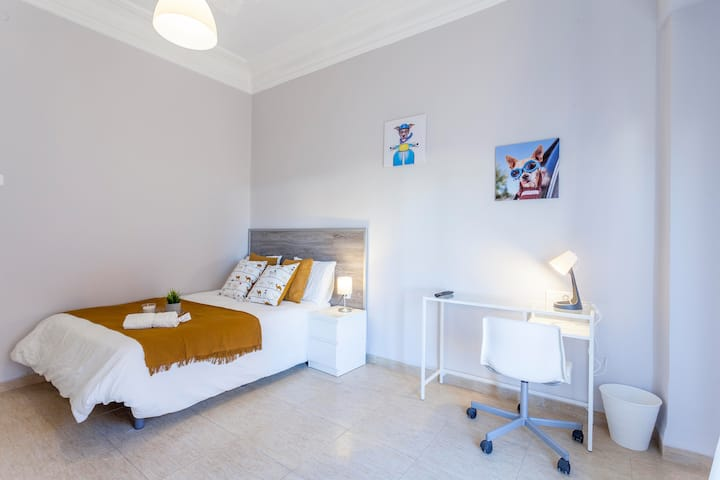 Spacious and sunny double bedroom in Plaza Espanya