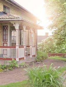 SJÖNÄRA GÅRD ASTRIDLINDGRENSHEMBYGD - Mariannelund - Rumah