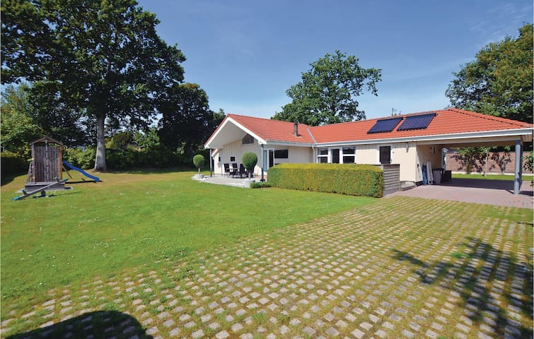Holiday cottage with 2 bedrooms on 96m² in Frørup