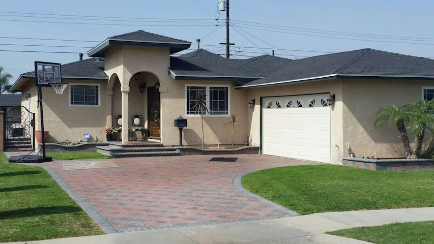 House away From Home Must See - Gardena