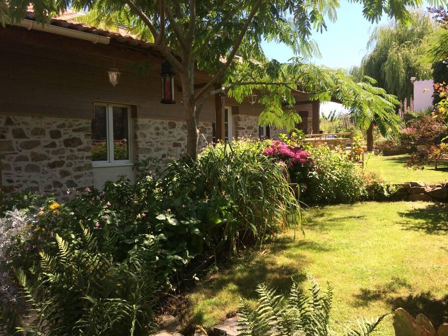 Chambres d'hôtes de La Roche - Jardin face à la Chambre MEKONG