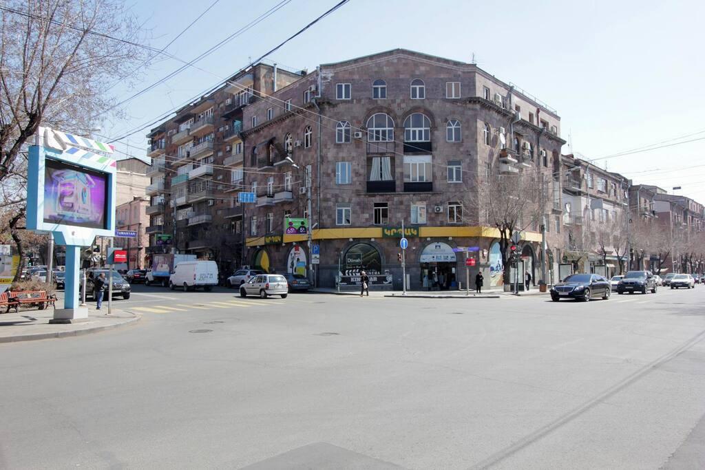 На первом этаже дома супермаркет и множество кафе и ресторанов рядом с домом