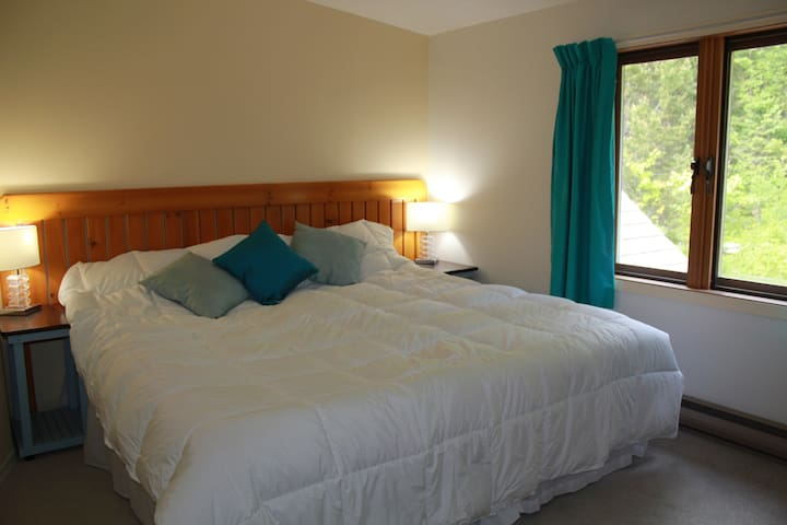 Tara Shanti Bed & Breakfast Aqua Room - Kootenay Bay - Bed & Breakfast