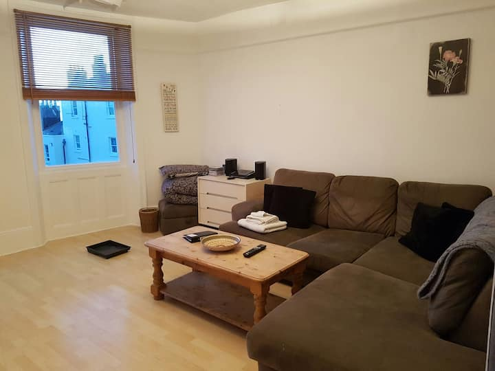 Spacious flat in central location & 1 min to beach