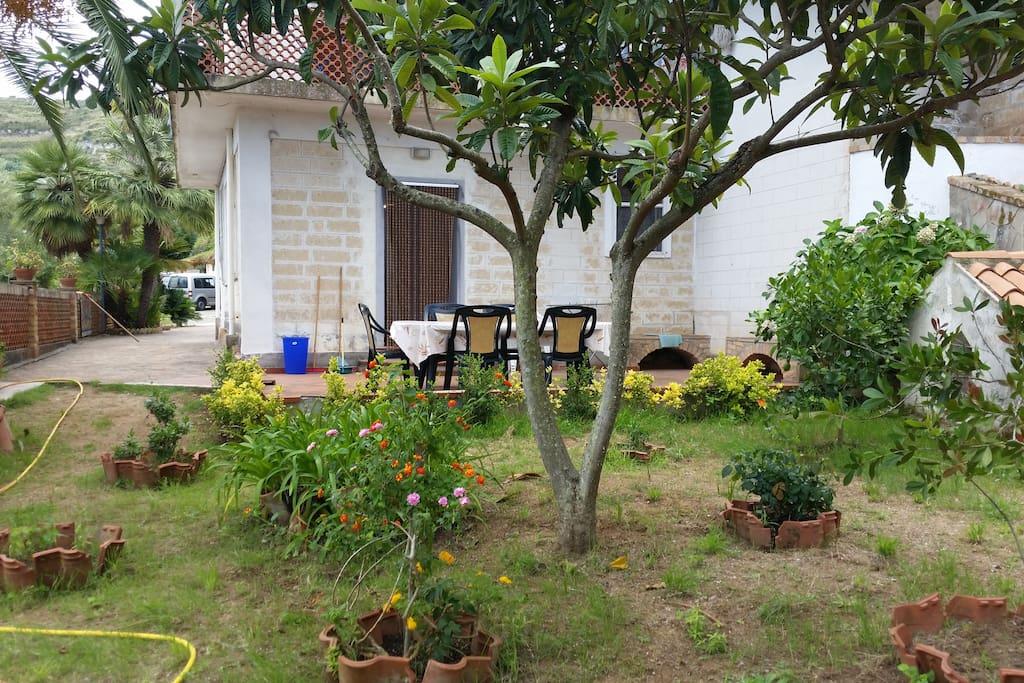 esterno appartamento con giardino