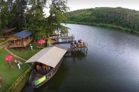 Bungalows with a beautiful of Lake Muhazi and WiFi