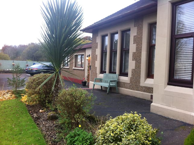 Large double rooms next to Forth Valley Hospital - Larbert
