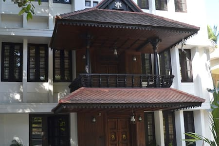Avenue Kowdiar - Heritage Home Room RR2 - Thiruvananthapuram - House