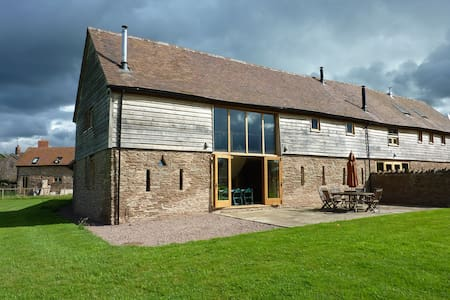 Amazing barn with far reaching views - Leysters