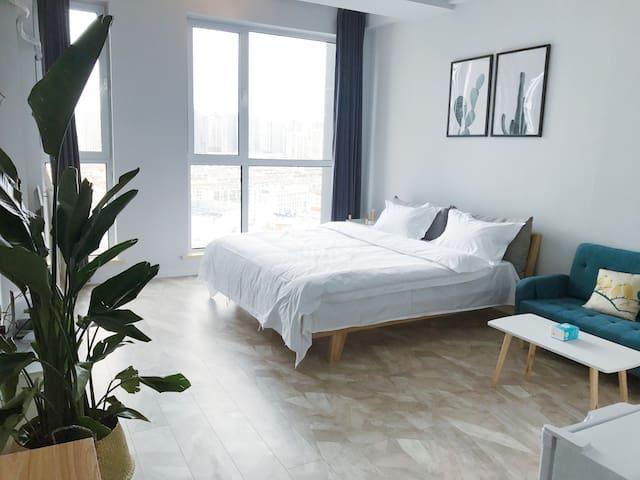 北欧原木风格房间, 1.8米双人大床,有锅具餐具,可做饭