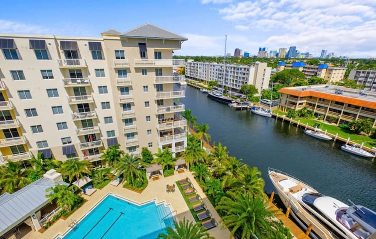 Luxury APT 400 Feet Away From Boat Show & Ports!