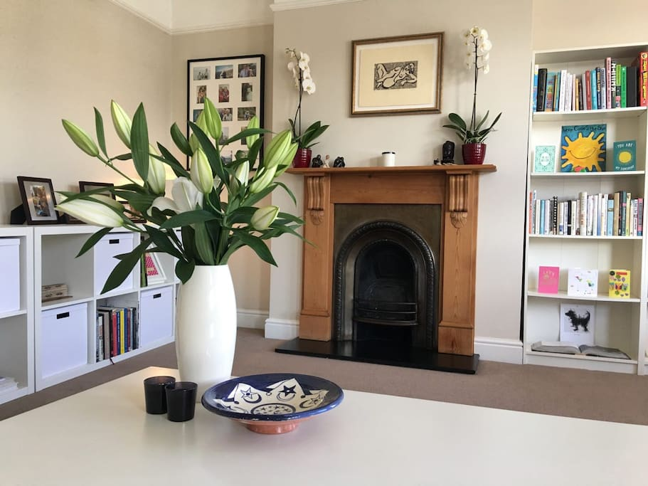 The living room is home to beautiful plants which need some TLC when guests take the whole flat ... :-)