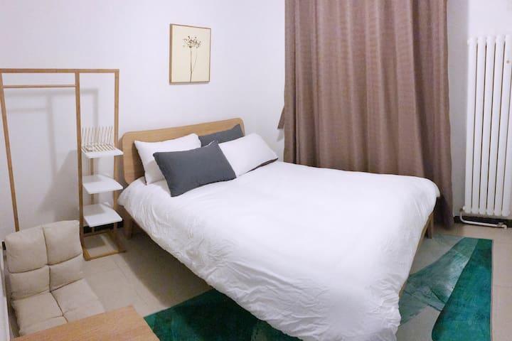 亮马桥使馆区机场线北京交通最方便的东北三环两房公寓中的其中一个温馨单间