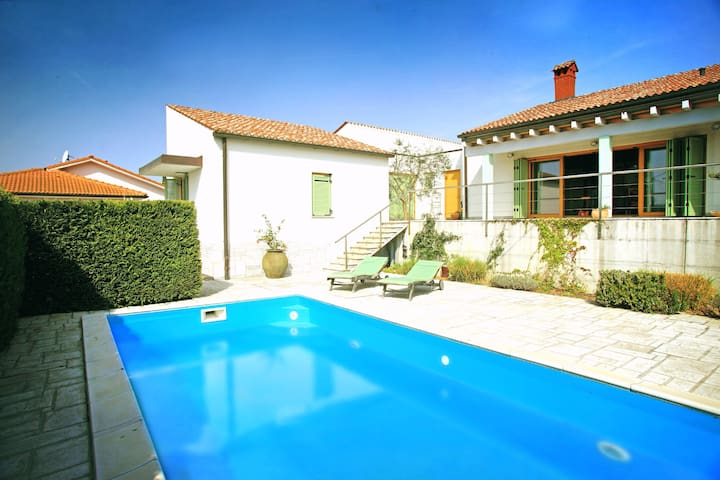 Lovely Villa in Parecag with a Swimming Pool