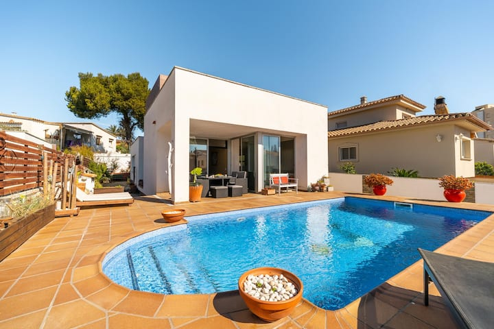 Olga: Modern villa with private pool just 250 meters from the beach of Riells