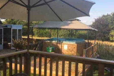 Luxurious 5 🌟 2 bed Lodge + hot tub nr Lyme Regis