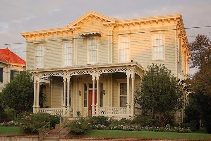Admiral's Inn-The Magnolia Room