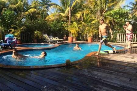 Cabañas  c/piscina frente al mar en Masca, Omoa.