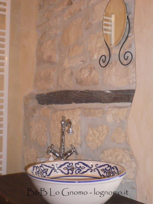 I lavabi dei bagni sono stati creati da noi da mano artigiana.