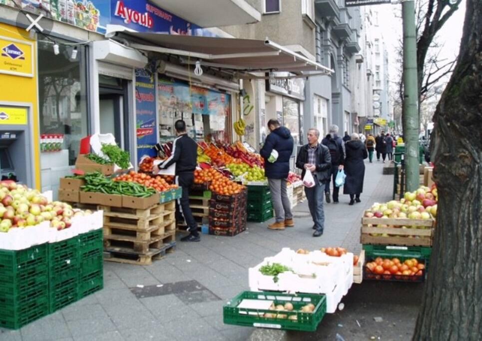 Berlin Neukölln, Sonnenallee  Hier gibt es sehr gute Einkaufsmöglichkeiten und viele kleine Restaurants und Cafes