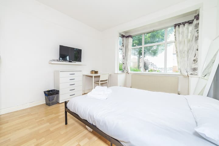 Double Room in Lingwell Road by DC London Rooms 2