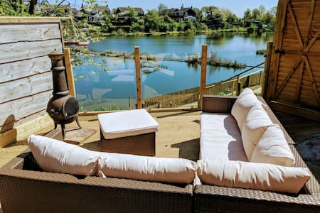Lakeside Home, terrace, near station and M60 ❤