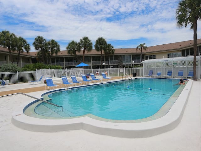 Kingston Arms 11-B: 2 BR / 2 BA Condo on Lido Key by RVA, Sleeps 4