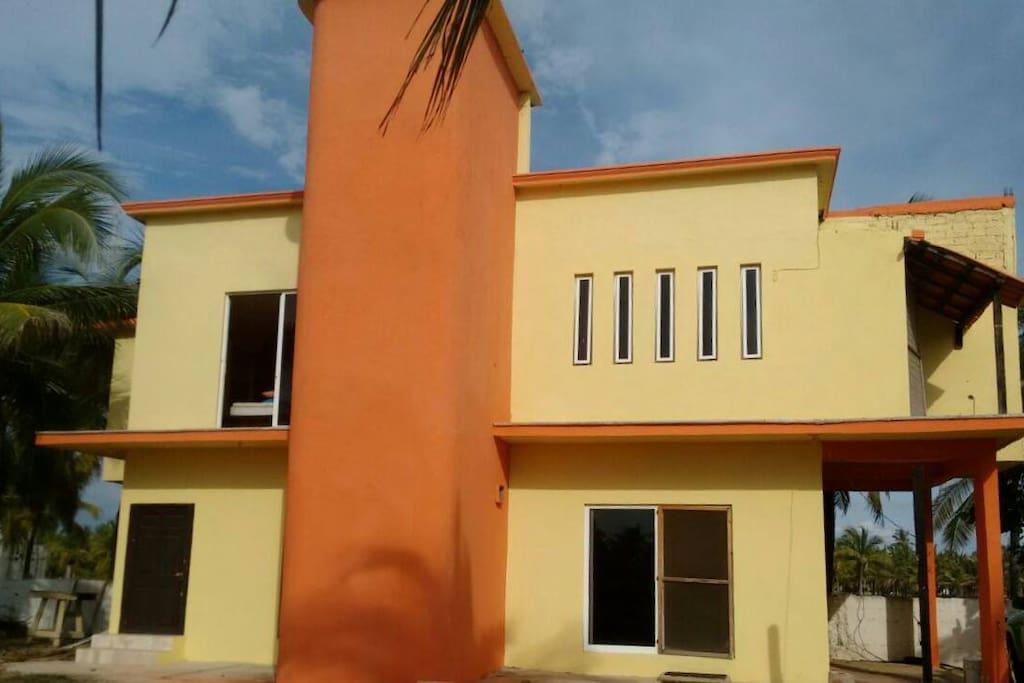 Frente de la casa con amplísimo estacionamiento