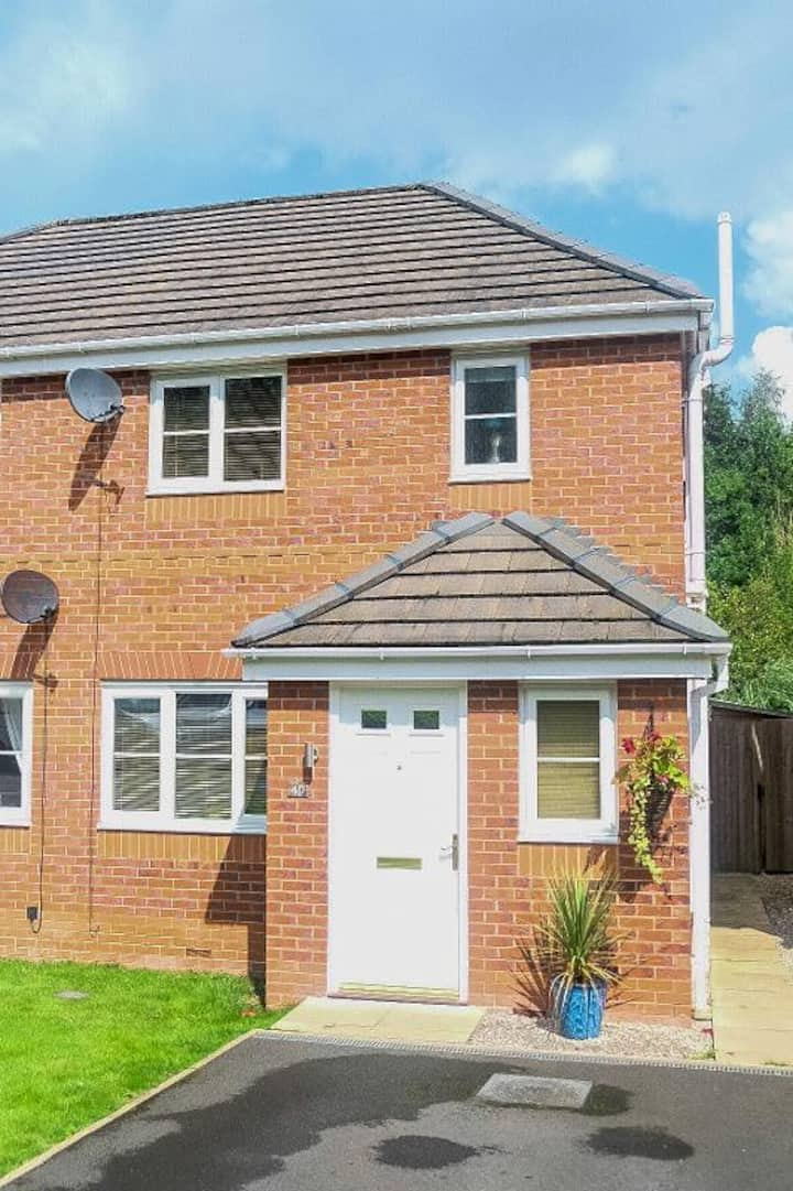 Smart house with convenient access to Manchester
