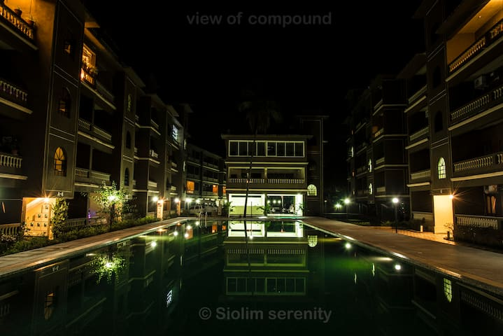 Siolimserenity:2bhk wifi view frm balcony kitchen - Oxel - อพาร์ทเมนท์