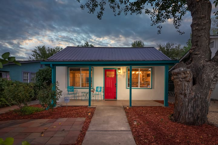 D'Vine Cottonwood Cottage - remodeled 1930's home in the heart of old town!