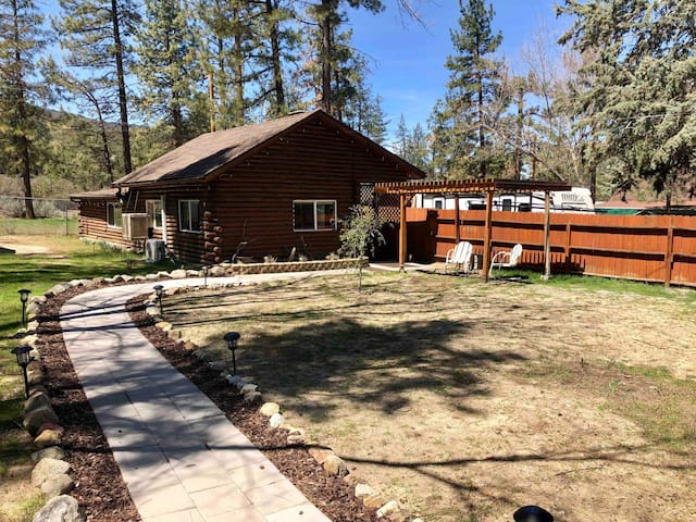 Noah's Cabin, by Idyllwild,Temecula&Palm Springs