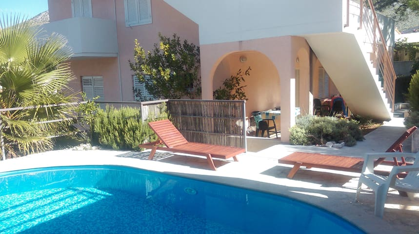 Apartments zulin a4 appartements louer seget for Neda piscines