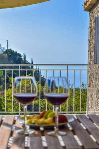 Traditional stone cottage with enchanting view - Lefkada - Huis