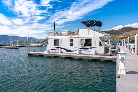 Luxury Houseboat Experience on Lake Chelan