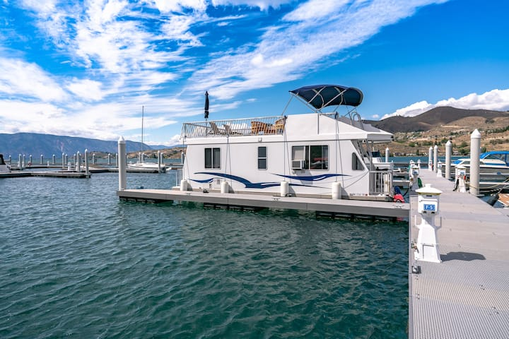 Luxury Houseboat Experience on Lake Chelan