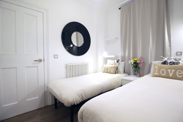 Victoria Station Twin Room with Private Garden