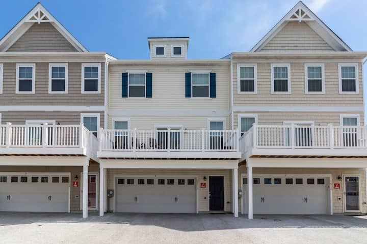 Bayview townhouse w/shared pool, minutes from downtown Ocean City