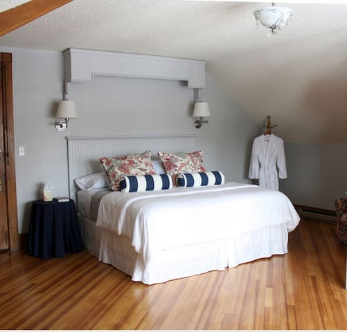 Kennedy - spacious room -sleeps 4 - kitchenette